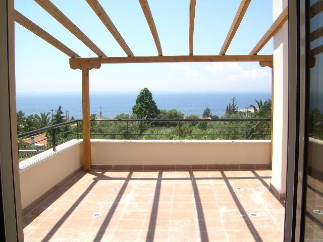 Дом в остров Геракини на побережье недорого